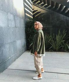 179 meilleurs styles hijab avec jeans pour un dressing chic - page 2 Modern Hijab Fashion, Street Hijab Fashion, Hijab Fashion Inspiration, Muslim Fashion, Modest Fashion, Fashion Outfits, Fasion, Fashion Trends, Fashion Tips