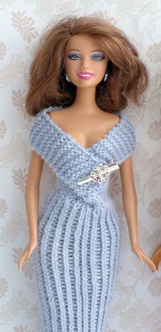 """Elegantes Abendkleid in grau. Das Deko-Objekt am Ausschnitt ist eine kleine Haarklammer. Die Strickanleitung gibts bei """"Ina strickt"""""""