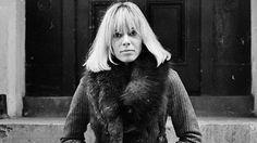 """Anita+Pallenberg,+a+60-as+évek+egyik+viharos+életű+""""celebje""""+(akkor+még+nem+volt+divat+ez+a+kifejezés),+színésznő,+modell,+divattervező,+Olaszországban+született+1944-ben+olasz+anyától,+német+apától.+A+Rolling+Stones+legszorosabb+baráti+köréhez+tartozott,+előbb+Brian+Jones,…"""