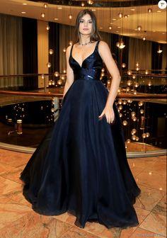 Look Emmy Internacional 2016: Camila Queiroz apostou em vestido com saia no estilo princesa assinado pela grife Romona Keveza