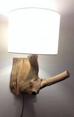 Wandlamp, totaal 50 cm hoog, van verweerd oud Eiken, inclusief goud kleurig snoer met snoerschakelaar en ronde witte linnenkap 25 x 19cm. Hout door de natuur gevormd en verweerd, verwerkt tot natuurlijke verlichting, brengt de natuur binnenshuis.
