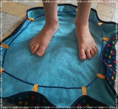 """Tuto : Le sac de piscine """"pieds au sec"""" Sewing Hacks, Sewing Tutorials, Sewing Tips, Elsbeth Und Ich, Leftover Fabric, Creation Couture, Couture Sewing, Love Sewing, Sewing Projects For Beginners"""