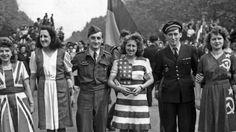 Le 8 mai 1945 à Paris, des jeunes filles portent des robes aux couleurs des drapeaux des Alliés.