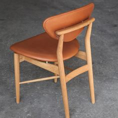 Finn Juhl has designed a lot of wonderful chairs. From his best period we have chosen the 108 Chair, designed in 1946. It is a real Finn Juhl chair in a light and elegant design, that tickle your senses. It is beautiful to look at, nice to touch and comf
