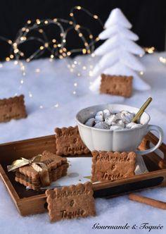 Des sablés au bon goût de cannelle pour commencer en douceur cette nouvelle année. Très bonne année 2020 Biscuits, Desserts, Marshmallow, Chocolates, Individual Cakes, Happy New Year, Crack Crackers, Tailgate Desserts, Cookies
