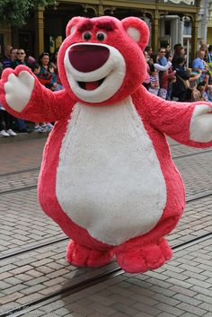 Information about Lotso (Lots-O-Huggin-Bear) and pictures of Lotso including where to meet them and where to see them in parades and shows at the Disney Parks (Walt Disney World, Disneyland, Disneyland Paris, Tokyo Disneyland) Disney Love, Disney Art, Disney Pixar, Walt Disney, Parc Disneyland Paris, Tokyo Disneyland, Toy Story Costumes, Disney Face Characters, Marvel