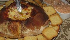Pão recheado. Mozzarela, Emental, Bacon, Cebola, Orégãos, maionese.