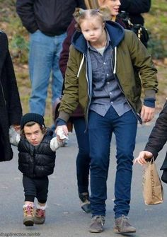 Harry Styles and Baby Lux AWAWAWAWAWAWAW He's like slightly slouching so he can hold her hand while she's walking and just no they can't do this, it's too cute Harry Styles Memes, Harry Styles Cute, Harry Styles Pictures, Harry Edward Styles, Gemma Styles, One Direction Humor, I Love One Direction, Harry And Lux, Emo Girls