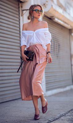Street style look com saia midi.