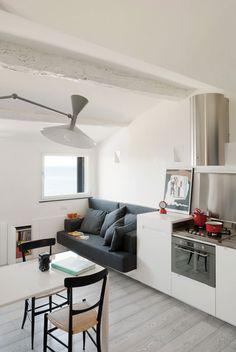 Wanneer je klein woont, moet je het slim aanpakken. Neem dit appartement in het Italiaanse Camogli bijvoorbeeld. Op 35 m2 kun je wonen, slapen en koken. Bekijk snel hoe slim het aangepakt is.