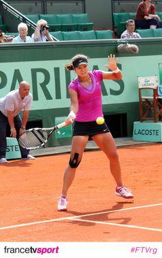 Li Na rocking the courts with kinesio tape on her knee.
