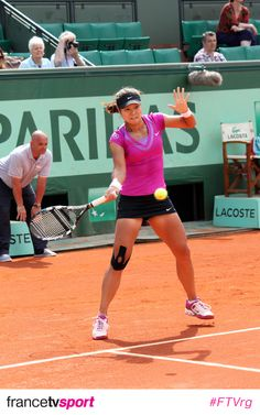 Li Na rocking the courts with kinesio tape on her knee.