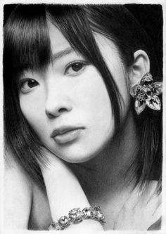can u believe it....this is a pencil drawing not photo... By Mr. Furuya who found drawing is a way for him to enjoy during his sickness now....こちらを優しいまなざしで見つめる女優の鉛筆画。まるで写真のようです。描いているのは富山市の会社員、古谷振一さん(52)。いまはうつ病を患い、休職中。病気と向き合う生活を支えているのは、「描くこと」だといいます。