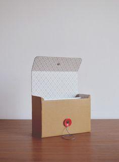Usos posibles: agendar contactos, recetario, organizador de escritorio. Incluye separadores alfabéticos y cinco fichas por letra. Dimensiones: 160 x 120 X 70 mm. Cube, Container, Scrapbook, Box, Paper Wrapping, Highlights, Cartonnage, Desktop, Note Cards