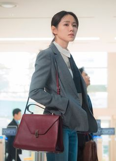 Son Ye-Jin is Yoon Jin-Ah in Pretty Noona Who Buys Me Food (Something in the Rain). Live recapping at Drama Milk! Rain Fashion, Winter Fashion, Casual Outfits, Fashion Outfits, Golden Girls, Korean Actresses, Mode Inspiration, Asian Style, Most Beautiful Women
