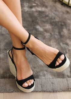Gold High Heel Sandals, Black Wedge Shoes, Wedge Sandals, Beach Sandals, High Heels, Men In Heels, Sexy Legs And Heels, Beautiful Sandals, Gorgeous Feet