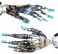 人間の指の動きまで完全模倣する超高性能ロボットハンド 従来のロボットハンドは構造的に人間と同じような動きをすることが難しいのですが、人間の手の骨格をレーザーでスキャンし、データを3Dプリンターで出力することで、複雑な動きを可能にする関節や筋肉に当たる