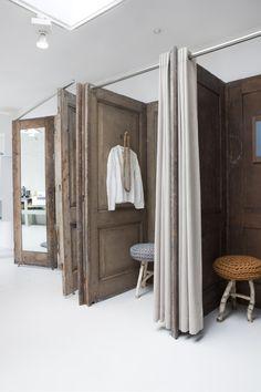 Originales vestidores realizados con puertas antiguas.