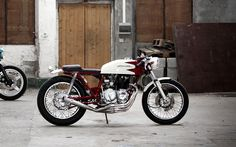 Nice custom cafe based on a late seventies Honda CB400 Four Supersport built in France by Kikishop Customs