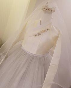 """일요일이면 저 먼~일본땅에 신부님이될 나의 공주님을  기념하며.. 한컷  ᆞ ᆞ  고웁게 키운 딸을  시집보내는 엄마마음이 이럴까?  옷 한벌을 지어두고 바라보며 뭉클한…"""" Korean Traditional Dress, Traditional Fashion, Traditional Dresses, Japanese Outfits, Korean Outfits, Hanbok Wedding, Korea Dress, Modern Hanbok, Korean Wedding"""