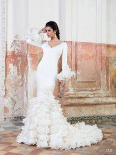 #Vestido de #novia con corte sirena, de manga larga, escote en V y cola de catedral. Modelo IRIS. chantu.es