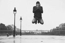 Nessuna post-produzione. Nessun trucco. Solo un calibrato colpo d'occhio. È grazie infatti ad una perfetta tempistica negli scatti che il fotografo (autodidatta) francese Franck Bohbot riesce a ritrarre persone comuni alle prese con azioni quotidiane, leggere un libro o un giornale, scrivere un messaggio al cellulare, o semplicemente passeggiare, ma con una particolarità (non da poco): lievitano. Scattato tra Parigi, Madrid, New York e Barcellona Il progetto Levitation stando alle stesse ...
