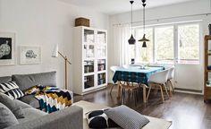 Valoisaan olohuoneeseen mahtuu myös ruokailuryhmä. Hayn About a Chair -tuolien kanssa on sulassa sovussa Olavi Kettusen suunnittelema jakkara, joka löytyi kesäpaikan navetalta. Pöytäliinakangas on Maija Isolan Marimekolle suunnittelema Tantsu.