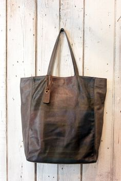 """A new masterpiece is born: the """"PAINTED SHOPPING BAG"""". a beautiful leather bag, handpainted!  Unique & large is suitable for work or for leisure.You can't miss your stuff with her purse inside.This vintage leather bag,is really beautiful and perfect for anyone who loves the Italian style. Bring it with you!    Like all bags from La Sellerie Limited, also this bag is one of a kind.    38cm  29cm  13cm      free shipping"""