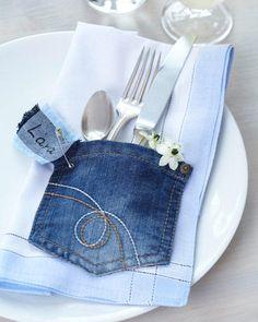 Sina vom Blog Sina's Welt zeigt, wie man aus einer alten Jeans eine Bestecktasche mit Namensschild nähen kann.