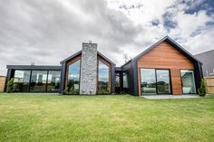 Contemporary NZ classic by Design Builders House Cladding, Facade House, House Roof, Modern Barn House, Modern House Design, Gable House, Gable Roof, Exterior Design, Future House