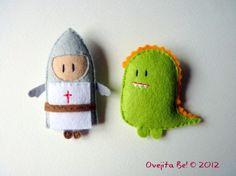 Sant Jordi i el drac/ Knight & Dragon little felt patches. Cute Crafts, Felt Crafts, Knight Dragon, Sewing Crafts, Sewing Projects, Felt Projects, Felt Brooch, Brooch Pin, Felt Fabric