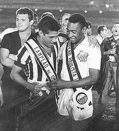 Mané Garricha e Pelé, campeões estaduais, respectivamente, pelo Botafogo e Santos.