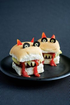 Snack-Idee für ein gelungenes Halloweenfest essen burger Father who created cartoon-themed 'funky lunches' to get his children to eat fruit and veg creates his own party recipe book Plat Halloween, Halloween Food For Party, Halloween Kids, Halloween Treats, Halloween Sandwich, Hallowen Party, Halloween Recipe, Halloween Costumes, Cute Food