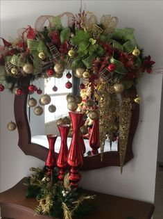 Ideas for decorating mirrors at Christmas - Dale Details Chic Halloween Decor, Spooky Halloween Decorations, Gold Christmas Decorations, Christmas Mantels, Noel Christmas, Halloween Diy, Christmas Wreaths, Christmas Crafts, Holiday Decor