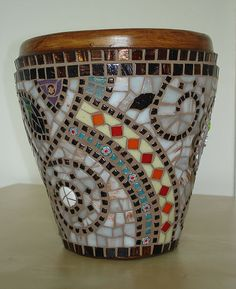 Mosaic vases : Who doesn't have a vase that could benefit from a little mosaic? Mosaic Tile Art, Mosaic Vase, Mosaic Crafts, Mosaic Projects, Mosaic Mirrors, Mosaic Planters, Mosaic Flower Pots, Mosaic Madness, Mosaic Designs