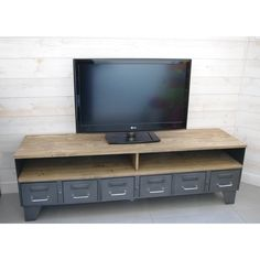 Meuble TV industriel à tiroirs et niche pour les appareils.  http://www.heure-creation.fr/produit/meuble-tv-industriel-a-tiroirs-et-niche/