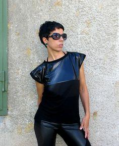 FNDLK triko 03 Jednoduché triko černé s lesklým dílem. Lemy kolem krku a rukávu. Vzadu černé. Nepřehlédnutelný městský kousek. Všechny velikosti. 96%Viskóza 4% elastan T Shirts For Women, Tops, Fashion, Moda, Fashion Styles, Fasion