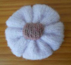 Faire une fleur au tricot Creative Bubble, Knitting Accessories, Creations, Miniatures, Beanie, Deco, Couture, Passion, Simple
