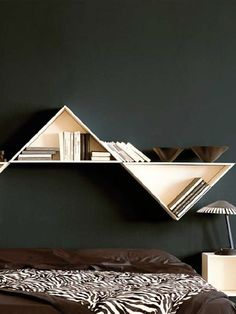 Sectional wall-mounted, a good concept, maybe I'd have put with more height (sleeping under this mm, don't wake up in a rush), or just in another part of my home Bookcase Shelves, Display Shelves, Bookcases, Shelving Design, Shelf Design, Unique Shelves, Unique Bookshelves, Wall Mounted Desk, Library Wall