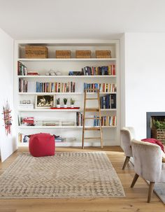 Looking for new ways to improve your home and make it more practical and better equipped to meet your needs? How about building one or two bookshelves and adding … Bookshelves In Living Room, Bookshelves Built In, Bookshelf Design, Floating Shelves Diy, Living Room Remodel, Living Rooms, Home And Deco, Modern Room, Furniture Decor