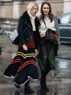You don't have to ditch skirts come wintertime, and the 13 ensembles ahead prove it. Take a look and plan your outfits accordingly. Street Style Edgy, Autumn Street Style, Street Style Women, Street Chic, Winter Style, Street Fashion, Chic Winter Outfits, Winter Skirt Outfit, Long Skirt Outfits