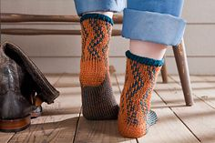 ZigZag Socks pattern by Patsy Harbor. Interweave crochet Fall 4 ply x of two colours. Saved to newsstand/ Evernote/ iBooks. Tunisian Crochet Free, Interweave Crochet, Free Crochet, Crochet Socks, Crochet Clothes, Beginner Crochet Projects, Crochet Fall, Yarn Thread, Tapestry Crochet