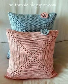 Set of 2 crochet cushion covers, handmade cotton and natural wool blanketSimple yet attractive Very vintage : Coussins au crochet rose et bleu. Häkelkissen in rosa und hellblau. Very vintage: Crochet cushion in pink and bleu ! Crochet Home, Love Crochet, Crochet Crafts, Crochet Projects, Vintage Crochet, Crochet Cushion Cover, Crochet Cushions, Cushion Covers, Pillow Covers