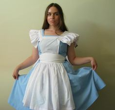 Sewing project for a DIY Alice in Wonderland apron! Perfect for cosplay or Halloween!