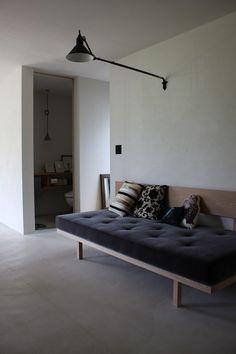 山ノ谷のアトリエ | アトリエ山ノ谷 Workspace Design, Houzz, Entryway, Sofa, House Design, Living Room, Interior, Modern Houses, Furniture