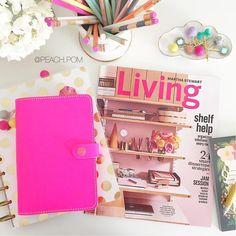Lena @ Peach Pom Designs sur Instagram : Sitting down for a planning sesh. This cover of Martha Stewart Living is my inspiration for this week's layout.  Lovin all the pink. ☺️ #planner #plannergirl #plannerlife #plannerlove #plannernerd #planneraddict #plannerjunkie #plannersupplies #plannercommunity #plannerdecorating #plannersgonnaplan #plannercharm #peachpomlove #planneraccessories #TheHappyPlanner #filofax #filofaxfluropink #fluropinkfilofax #riflepaperco