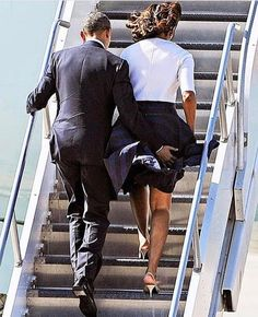 Barack Obama helped his wife Michelle Obama avoid a wardrobe malfunction on April 10 -- see the cute picture! Michelle Obama, Black Presidents, American Presidents, Black Love, Black Is Beautiful, Joe Biden, Durham, Presidente Obama, Barack Obama Family