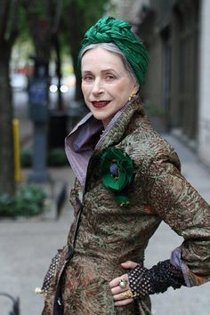 Green turban on mature lady from 'Advanced style' Glamour, Mode Hippie, Turbans, Looks Street Style, Advanced Style, Aged To Perfection, Ageless Beauty, Aging Gracefully, Mode Style