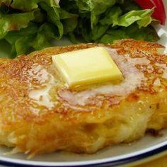 おしゃれに満腹!じゃがいもとささみのガレットステーキ [動画]  スライサーで細かくしたじゃがいもでチーズと鶏ささみを包んだら、あとはぎゅっと固めてこんがり焼くだけっ!じゃがいもとバターの香ばしいかおりに食欲がそそられる〜!トマトソースや明太子を合わせてもおいしいかも♩