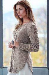 Вязаный спицами пуловер с косами
